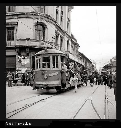 Tranvía lleno. Archivo Nacional.