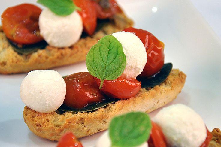 """Σαλάτα με Ψητά Ντοματίνια και Ανθότυρο σε """"Krispies"""" ΠΑΠΑΔΟΠΟΥΛΟΥ με Σουσάμι"""