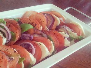 Tomaatti-mozzarellasalaatti Kotikokki.netin nimimerkki Tia-Marian ohjeella