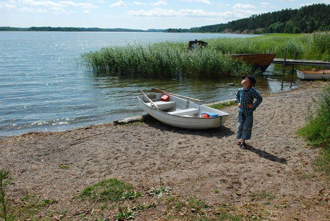 Noak ror över till Mörkö sommaren 2012. www.olgamagnusson.se