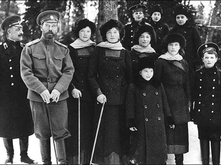 los acontecimientos que llevaron a esta revolución se remiten al descontento de los rusos con la opresión del régimen de Nicolás II, el último de los zares. Esto, sumado al empeoramiento de las condiciones de vida, en parte resultado de la Primera Guerra Mundial, llevaron a una serie de huelgas y manifestaciones masivas que forzaron la renuncia del zar en febrero de 1917 y a la instauracion de un gobierno provisional.