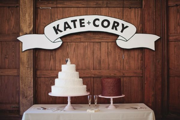 Loving these graphic banner signs.: White Cake, Banners Signs, Grooms Cake, Graphics Banners, Wedding Banners, Wedding Cake, Signs Languages, Cake Tables, Simple Cake