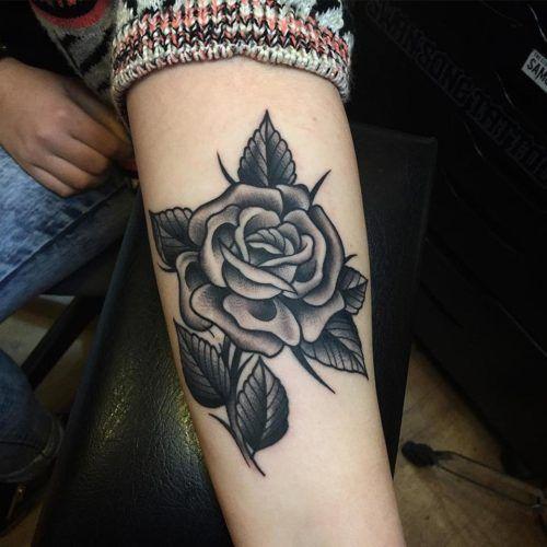 De 100 Tatuajes De Rosas Con Imagenes Y Significados Tatuajes De Rosas Tatuajes De Rosas Para Hombres Tatuajes De Rosa Tradicionales