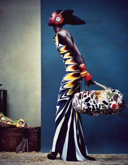 La Modelo Alek Wek Posa Para La Lujosa revista Financial Times, luciendo prendas de colores mezclando muchos estampados, ¡sin hit of this Temporada!
