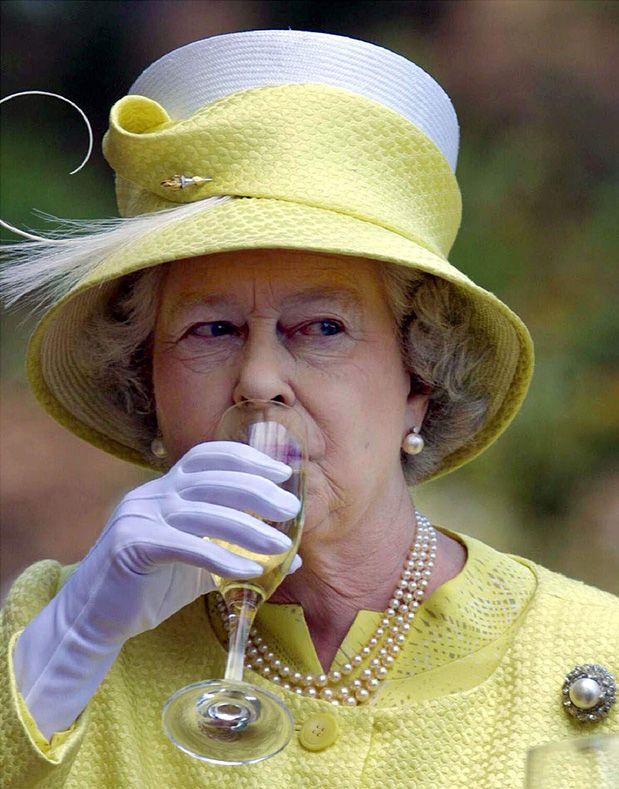 This is what the Queen Elizabeth eats and drinks everyday -   Το καθημερινό μενού της Βασίλισσας Ελισάβετ ΙΙ. Τι τρώει άραγε; | Table Art - Art de la Table