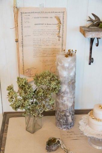 手作りのキャンドル、アンティークの紙面などが古びた雰囲気を出す。