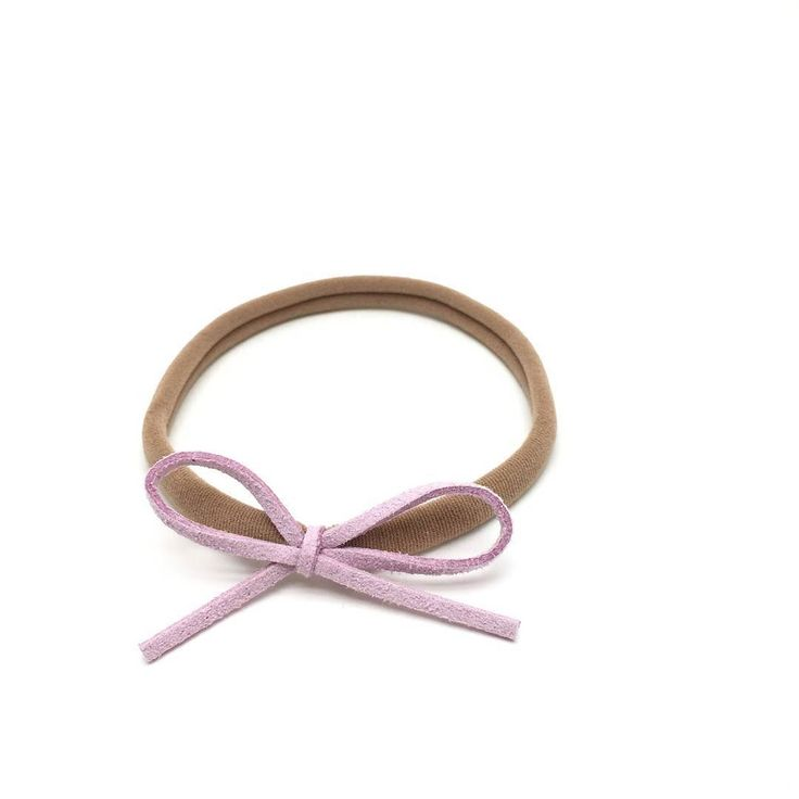 The Loved By Sophia Claire Dainty Bow Headband will become a staple in your daughters bow collection. Created to accentuate the beauty in your little girls face. Adding just the right touch of color to any outfit. Shop now: link in profile.