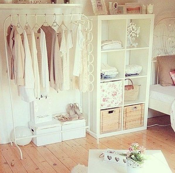 Je désire ma chambre être propre comme ça! J'aime le rangement dans cette pièce et le placard aussi.