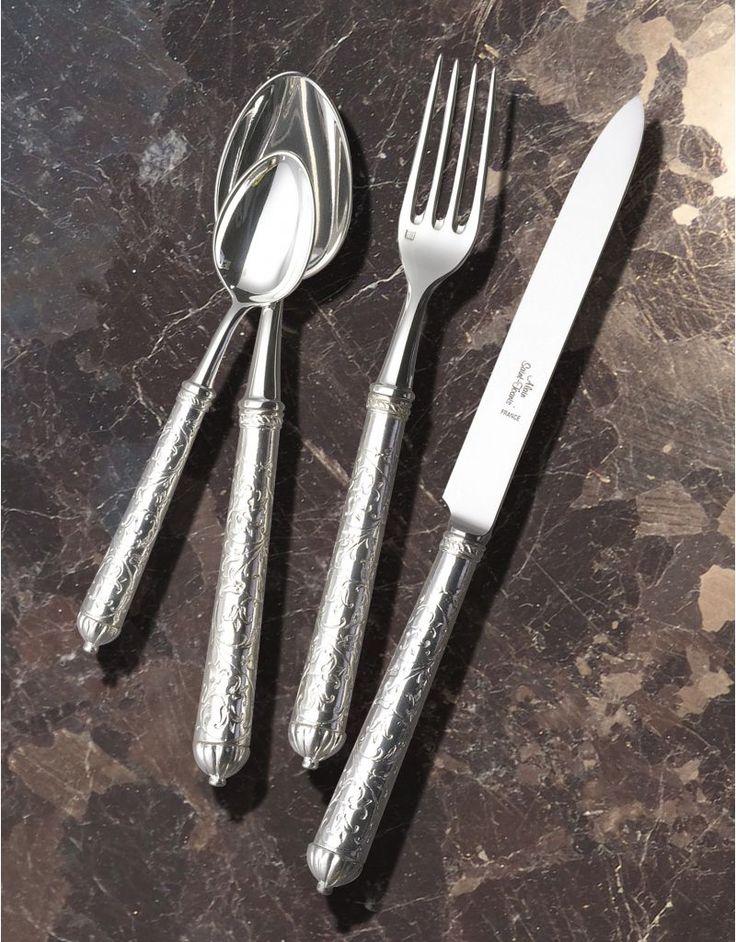 Coutelier d'art depuis 1876, Alain Saint-Joanis crée la gamme de couverts de table Berlin brillant, en inox et métal argenté finement ciselé.