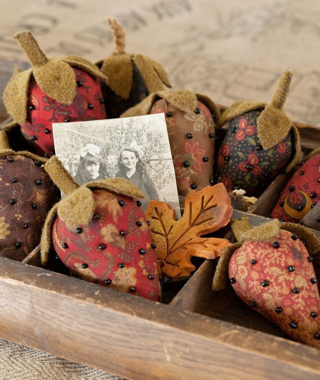 wonderful prim calico strawberries:  Meat Marketing, Felt Strawberries, Strawberries Pincushions, Calico Strawberries, Butcher Shops, Primitive Handmade Crafts, Pin Cushions, Autumn Colors, Fall Display
