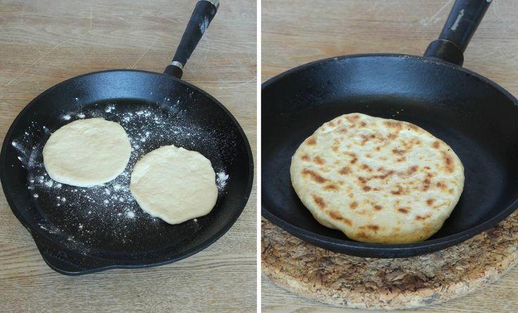 4. Värm upp en stekpanna i gjutjärn på medelvärme. Pudra lite vetemjöl i stekpanna (det ska inte vara något fett i den). Vänd brödet när det får bruna fläckar, ca 2 min per sida. Anpassa värmen så att brödet inte bränns.