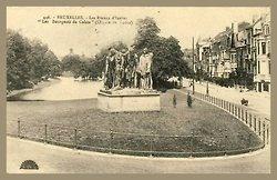 1910, Ixelles - Les Bourgeois de Calais de Rodin aux Etangs d'Ixelles. Au coin de l'avenue des Klauwaerts et de la rue du Levant.  Le Monument aux Bourgeois de Calaisest un groupe statuaired'Auguste Rodincommandé par la Ville deCalaisoù a été inauguré le premier exemplaire en bronze en1895. Aujourd'hui, il existe 12 éditions originales en bronze desBourgeois de Calais. C'est une des œuvres les plus célèbres d'Auguste Rodin.  Les 12 éditions sont à présent expos
