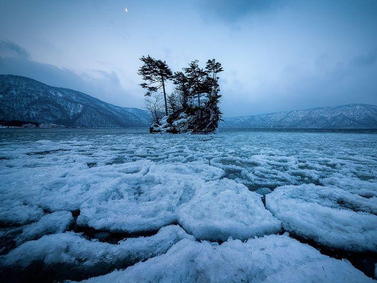 Fotografia di Sho Shibata , National Geographic Your Shoot  La luce della luna al mattino sul lago Towada a Aomori, Giappone.