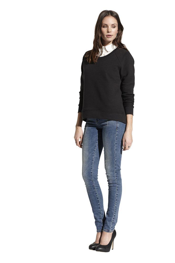 Ferica shirt, Flavia sweat top og Fluorite slim jeans. Køb det på http://www.blackswanfashion.dk/ Ferica shirt, Flavia sweat top and Fluorite slim jeans. Buy it on http://www.blackswanfashion.com/   #cottonsweatshirt #paddedsweatshirt #ribsweatshirt #roundnecksweatshirt #sweatshirtwithwavyeffect #cosysweatshirt   #cottonshirt #whiteshirt #classicshirt #womenshirt #danish #design #bluejeans #jeans #cooljeans #washedjeans #slimjeans #fittedjeans #cooljeans #womenjeans  #amazingjeans