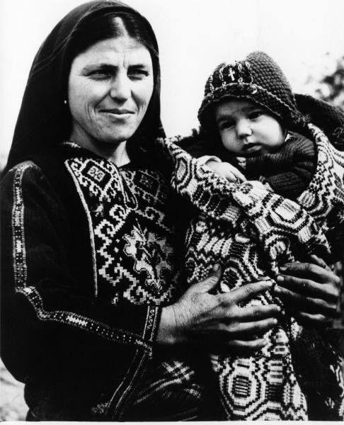 Γυναίκα από το Καβακλί της Βόρειας Θράκης.  Συλλογή Πελοποννησιακού Λαογραφικού Ιδρύματος.   Woman from Kavakli, Northern Thrace .  Collection Peloponnesian Folklore Foundation, Nafplion