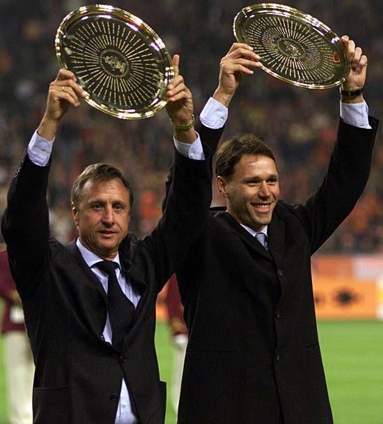 Marco van Basten con Johan Cruijf premiato dalla Federazione olandese.