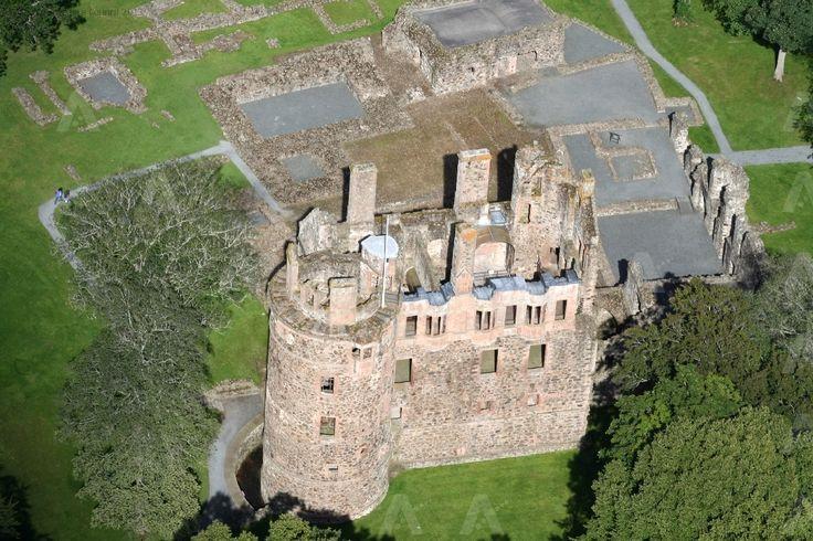 Il Castello di Huntly è un castello in rovina situato in Aberdeenshire, in Scozia è stata la casa ancestrale del capo del Clan Gordon, conte di Huntly.