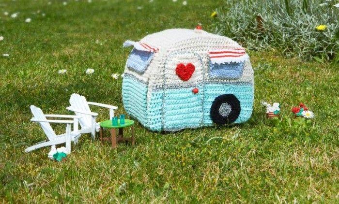 Sommarens gulligaste handarbete! Virka en superrolig husvagn med utsida, insida, lampskärm, diskbänk, kaffekoppar och annat smått och gott. Allt gör du själv! Här hittar du beskrivningen!