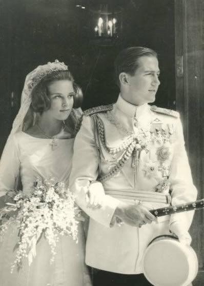 Un apuesto y joven Rey contraía matrimonio con una bella Princesa nordica, que se convertía así, a los 18 años,en la más joven y bella Rei...