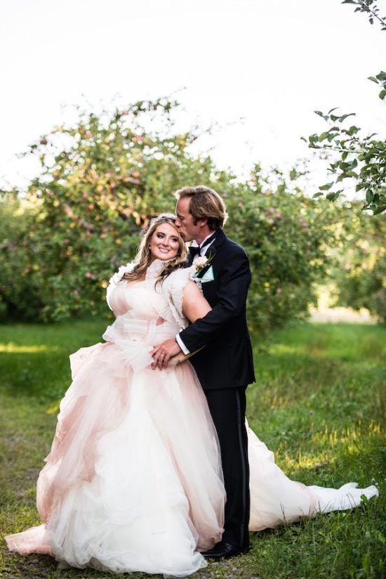 Quel magnifique couple de mariés: la mariée est une véritable princesse dans sa robe Vera Wang Pink Blush et le marié est son prince charmant! Découvrez ce mariage de conte de fée et l'histoire d'amour des temps moderne à distance USA - Canada