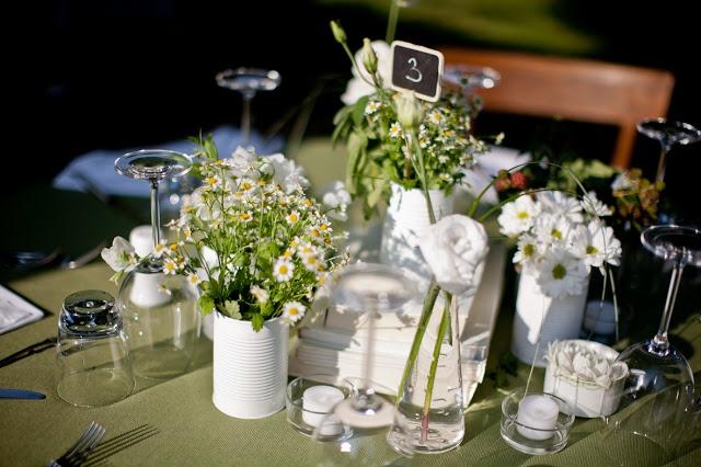 questo tipo di composizione ci piace molto, con l'uso delle lattine verniciate di bianco  tren di nozze: real wedding