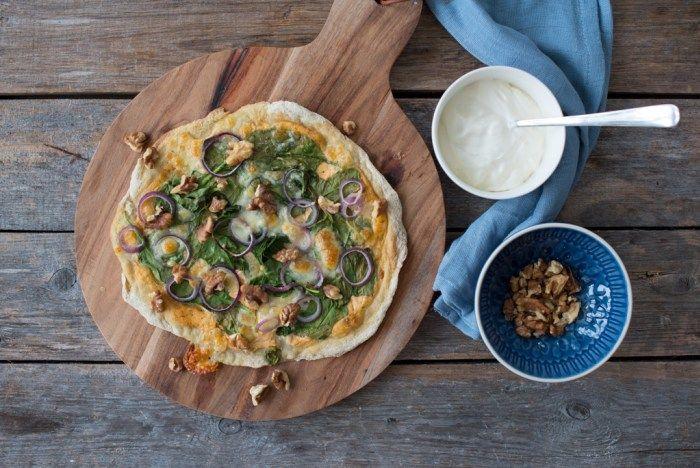 glutenfri pizza med spinat, rødløk og mozzarella