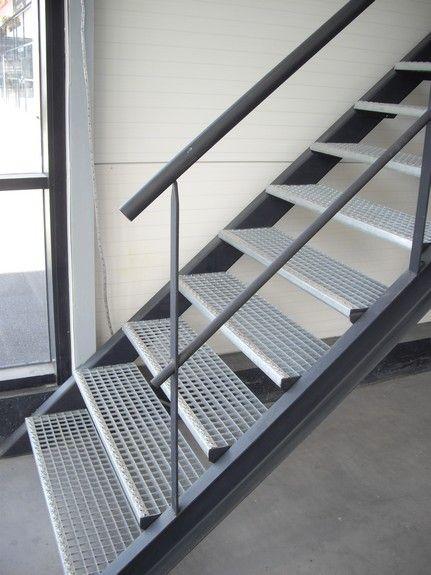 Escalier métallique droit sur limons collatéraux, marches en caillebotis. Acier. Art Métal Concept Quimper - http://artmetalconcept.e-monsite.com/album/escaliers/