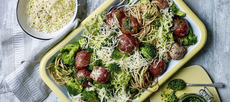 Spaghetti med persillepesto og kødboller i parmasvøb