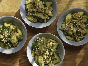 Chinesischer Gurkensalat mit Knoblauch, Sojasauce, Essig, Zucker, Sesamöl und Chili.