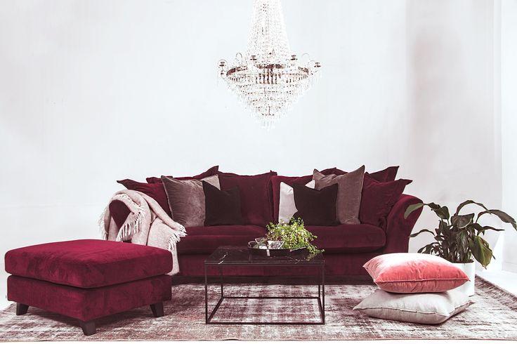 Vinröd Delfinen sammetssoffa, sammet, soffa, burgundy, fotpall, pall, puff, vintage, matta, marmor bord, soffbord, svart, kristallkrona, möbler, möbel, vardagsrum, inredning.