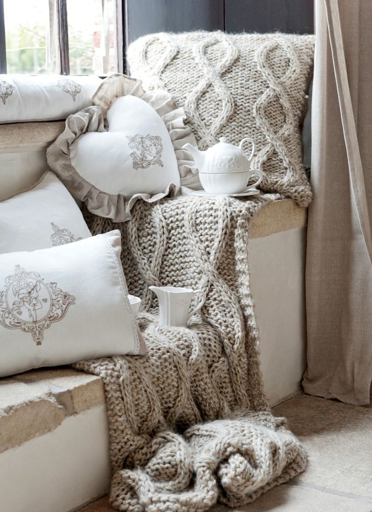 Pledy i poduszki dostpne w różnych materiałach i kształtach.