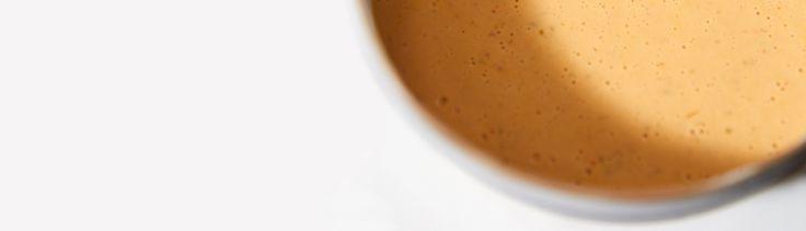 Pour avoir sous la main une sauce qui accompagne les crevettes, le poulet, un plat végétarien, un reste de viande ou de poisson, allonger cette sauce avec un peu de lait de coco. Servir sur un lit de riz et accompagner d'un légume vert.