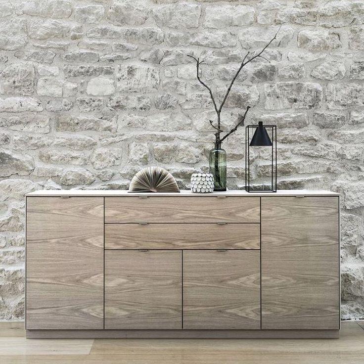 T R E N D  Het dressoir is terug! Het was een beetje een vergeten meubel, maar nieuwe generaties hebben het weer in de kijker. Want in een tijd met allemaal open boekenkasten, schappen en displays is het prettig om ook dingen uit het zicht te kunnen opbergen.   Op de foto model 942 van @skovby.furniture - verkrijgbaar in verschillende houtsoorten en afwerkingen.#scandinaviandesign #scandilivingmagazine #scandinavianlivingmagazine