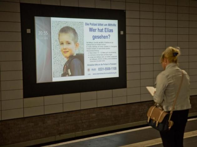 Auf großen digitalen Infotafeln wird am Bahnhof Friedrichstraße in Berlin nach dem vermissten Elias gesucht. Foto: Jörg Carstensen