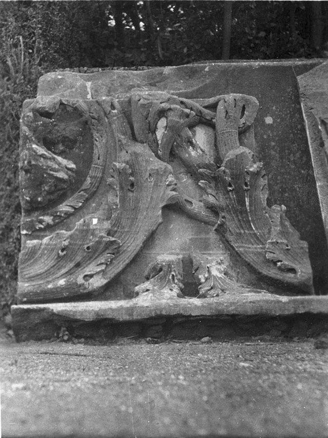 Gertrude Bell Archive (Newcastle University) frammento di fregio del tempio di Serapide sul Quirinale nei giardini Colonna (1910)