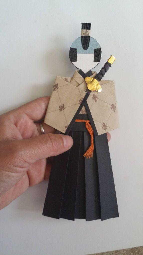 Marque page en origami samouraï poupée de papier par Kitspaperworld                                                                                                                                                                                 More