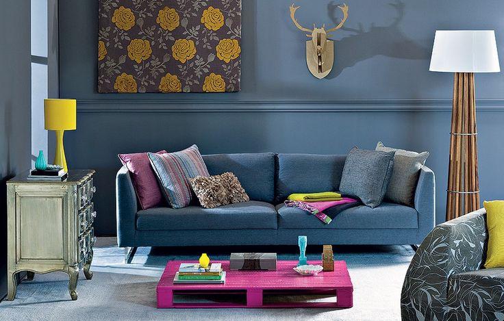 Divertido: o alce de MDF, em parceria com a mesa improvisada feita de paletes de madeira, deixa a sala bem-humorada. Pintada de pink, a peça alegra o ambiente, que tem parede cinza