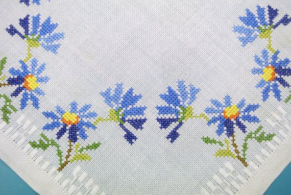 Exceptionelly well done vintage 1980s handmade embroidered cross-stich blue cornflower motive on white linen square tablet/ table-cloth