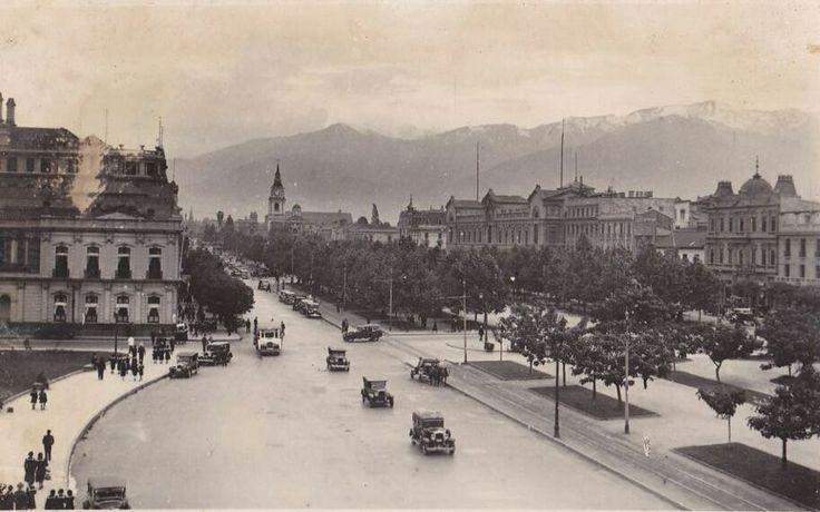 La Alameda de Santiago, frente a La Moneda, alrededor del año 1930. Al fondo la Iglesia San Francisco y la Casa Central de la Universidad de Chile.