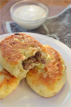 Свиную или говяжью печень можно не жарить, а варить, тогда зразы будут менее жирные. Охлаждать печень лучше не вынимая из бульона. 1 кг картофеля 1 яйцо 3-4 ст. ложки…