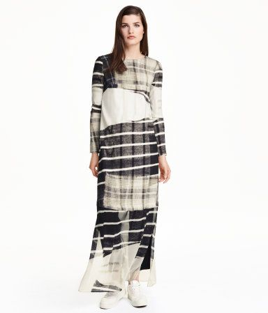 Straight-cut dress in woven crêped fabric with a printed pattern. Lower section in chiffon, long sleeves, opening at back of neck with button, and slits at sides. Unlined.
