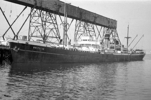 "BRITSUM  Eigenaar   N.V. Stoomvaart Maatschappij ""Oostzee"", Amsterdam  Bouwwerf   J.L. Thompson & Sons Ltd., Sunderland / 612  Bouwjaar   19..."