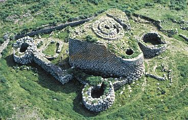 The complex consists of circular towers in the form of a truncated cone, made with stones of considerable size (progressively smaller as it increases the height), with internal chambers