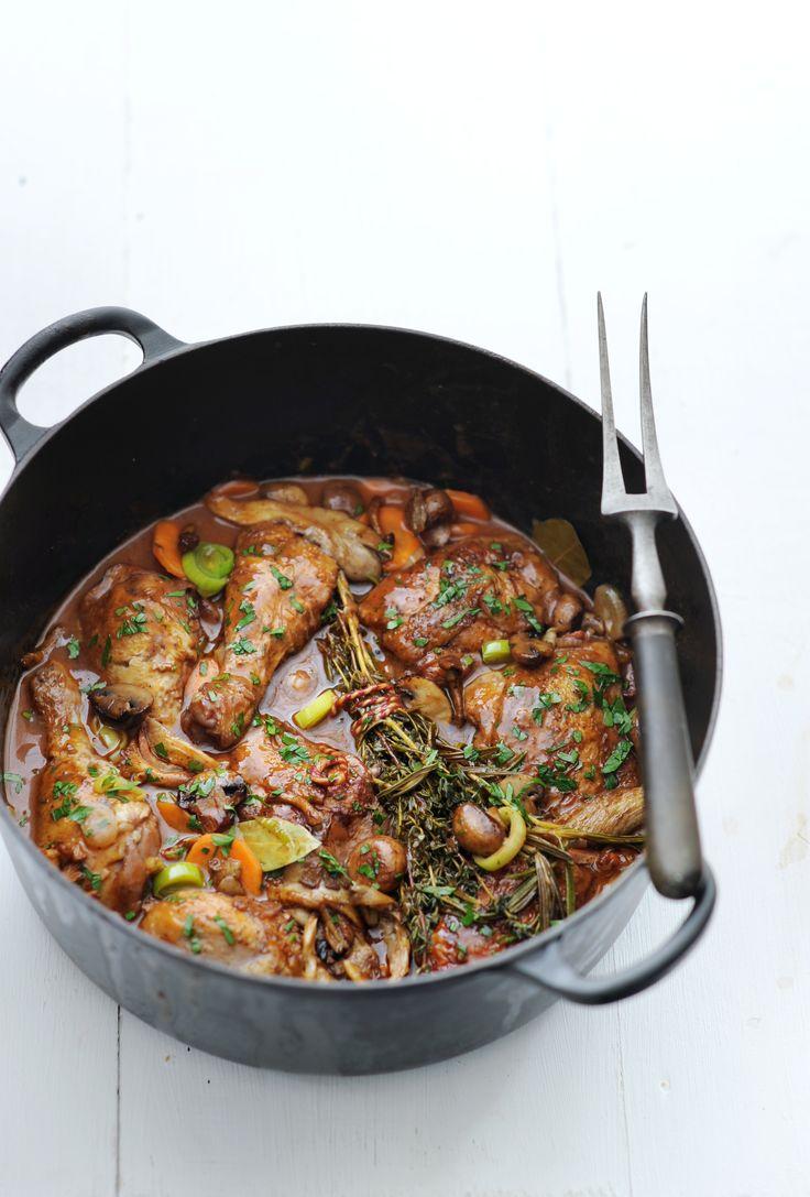 Voor zowel het maken als het nuttigen van deze maaltijd neem je de tijd. Comfort food dus. Deze coq au vin maak je extra smaakvol met een scheutje cognac.