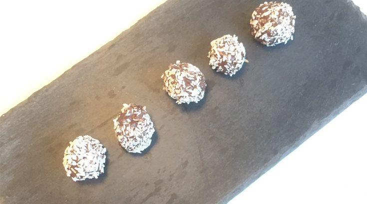 Ettersom bountykakagjorde stor suksess har jeg nå laget bountykuler. Små munnfuller med deilig konfekt. Disse skal jeg lage til jul.