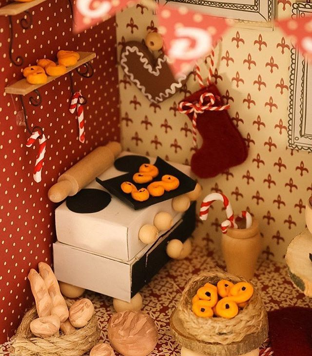 Minikök ☃️ #diysweden #diyswedenjul #tomteland #miniatyr #tittskåp #nissedörr #tomtenissen #julpyssel #lera #lusseka...