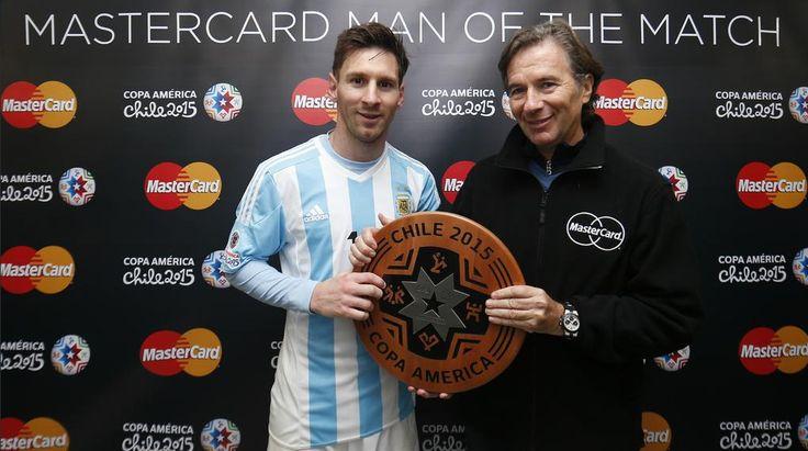 """Com passes para gol, Messi """"quebra"""" torcida rival e é reverenciado no Chile #globoesporte"""