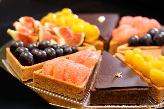 旬の新鮮な果物をサクサクの三角形タルトにのせた「ユーゴ・エ・ヴィクトール」のフルーツタルト。フルーツの味をそのまま生かした自然なおいしさが魅力