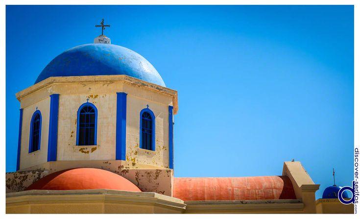 The colorful church of Evangelistria adorns the Piazza of Kato Chora - Serifos, Cyclades.   Η εκκλησία της Ευαγγελίστριας με τα ζωηρά της χρώματα κοσμεί την Πλατεία της Κάτω Χώρας - Σέριφος, Κυκλάδες. Μάθετε περισσότερα στο: http://www.discover-serifos.com/el/anakalupste/aksiotheata/simeia-endiaferontos/kato-piatsa