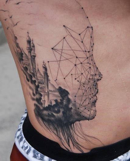 Tatuagem Masculina na Costela | Cidade e Rosto Geométrico e Realista